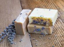 Φυσικά χειροποίητα σαπούνια με το μέλι, lavender, chamomile και την αίγα μ Στοκ Φωτογραφία
