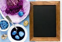 Φυσικά χρωματίζοντας αυγά Πάσχας με το κόκκινο λάχανο στο μπλε χρώμα Στοκ εικόνα με δικαίωμα ελεύθερης χρήσης