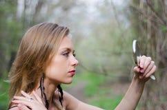 Φυσικά όμορφη νέα ξανθή γυναίκα στη φύση που κρατά έναν καθρέφτη Στοκ Εικόνες