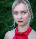 Φυσικά όμορφη χιλιετής γυναίκα στο κόκκινο φόρεμα στοκ εικόνες