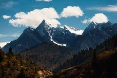 Φυσικές αιχμές Θιβέτ χιονιού τοπίων βουνών μακριά Στοκ Εικόνες