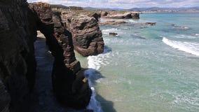 Φυσικές αψίδες βράχου στην παραλία καθεδρικών ναών, Ισπανία φιλμ μικρού μήκους