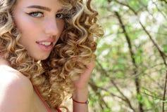 Φυσικές ευτυχία, διασκέδαση και αρμονία Χαμογελώντας νέο όμορφο κορίτσι στοκ εικόνες