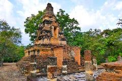 Φυσικές καταστροφές μοναστηριών ναών και περισυλλογής άποψης αρχαίες βουδιστικές δασικές του ροπάλου Noi Wat Khao Phra στην περιο Στοκ Εικόνες