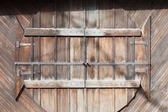 Φυσικές ξύλινες στρογγυλές πόρτες στον ξύλινο τοίχο σανίδων, υπόβαθρο Στοκ Εικόνες