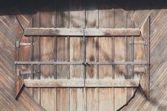Φυσικές ξύλινες στρογγυλές πόρτες στον ξύλινο τοίχο σανίδων, υπόβαθρο Στοκ Εικόνα