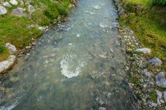 φυσικές πέτρες ποταμών βουνών ανασκόπησης Στοκ Εικόνες
