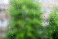 Φυσικές πτώσεις νερού στο γυαλί παραθύρων Στοκ Φωτογραφία