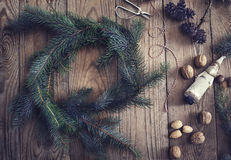Φυσικές στεφάνι Χριστουγέννων και διακόσμηση διακοπών Στοκ φωτογραφία με δικαίωμα ελεύθερης χρήσης