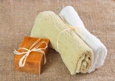 Φυσικές χειροποίητες σαπούνι και πετσέτες Στοκ Εικόνες