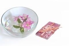 Φυσικές χειροποίητες floral ανθίσεις σαπουνιών και κερασιών στο νερό Στοκ φωτογραφία με δικαίωμα ελεύθερης χρήσης
