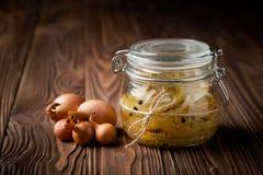 Φυσικές diy μαριναρισμένες πράσινες ντομάτες σε ένα βάζο Στοκ εικόνες με δικαίωμα ελεύθερης χρήσης