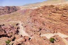 Φυσική άποψη η ιερή κοιλάδα και οι αρχαίοι τάφοι Nabataean στη χαμένη πόλη της Petra, Ιορδανία από την υψηλή θέση της θυσίας Στοκ Εικόνα