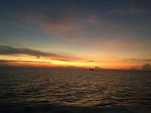 Φυσική άποψη καιρικού ηλιοβασιλέματος πέρα από τη θάλασσα Ταϊλάνδη Στοκ Φωτογραφίες
