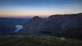 Φυσική άποψη πέρα από Snowdonia στο ηλιοβασίλεμα φιλμ μικρού μήκους