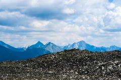 Φυσική άποψη περασμάτων moraine κορυφογραμμών βουνών Βουνά Altai, Σιβηρία, Ρωσία στοκ φωτογραφίες