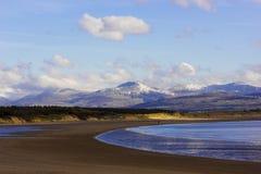 Φυσική άποψη προς ανατολάς πέρα από την παραλία Llanddwyn προς τη σειρά βουνών Snowdonia, Anglesey, βόρεια Ουαλία Στοκ φωτογραφίες με δικαίωμα ελεύθερης χρήσης