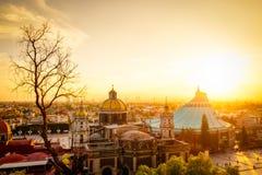 Φυσική άποψη στη βασιλική του Guadalupe με τον ορίζοντα της Πόλης του Μεξικού στο ηλιοβασίλεμα στοκ φωτογραφία με δικαίωμα ελεύθερης χρήσης