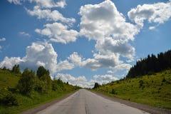 Φυσική άποψη στο δρόμο στα βουνά με τον όμορφο ουρανό Στοκ φωτογραφία με δικαίωμα ελεύθερης χρήσης