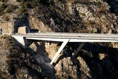 Φυσική άποψη σχετικά με τη σήραγγα αυτοκινητόδρομων και το δρόμο εθνικών οδών γεφυρών που οδηγούν κατευθείαν υποδομή της Κροατίας Στοκ φωτογραφίες με δικαίωμα ελεύθερης χρήσης