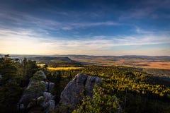 Φυσική άποψη σχετικά με το πολωνικό τοπίο φθινοπώρου από την κορυφή των επιτραπέζιων βουνών, Szczeliniec Wielki στα εθνικά βουνά  στοκ φωτογραφία με δικαίωμα ελεύθερης χρήσης