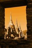Φυσική άποψη τα τρία αρχαίο βουδιστικό Chedis του Si Sanphet Wat Phra στην ιστορική πόλη Ayutthaya Ταϊλάνδη μέσω του παραθύρου Στοκ εικόνα με δικαίωμα ελεύθερης χρήσης