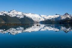 Φυσική άποψη της ακτής λιμνών garibaldi στο provinvial πάρκο στοκ εικόνες με δικαίωμα ελεύθερης χρήσης