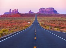 Φυσική άποψη της κοιλάδας μνημείων Γιούτα στο λυκόφως, Ηνωμένες Πολιτείες στοκ εικόνα