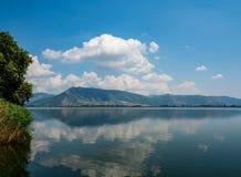 Φυσική άποψη της λίμνης Ορεστιάδα στην πόλη της Καστοριάς, Ελλάδα στοκ εικόνες