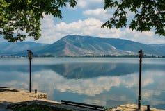 Φυσική άποψη της λίμνης Ορεστιάδα στην πόλη της Καστοριάς, Ελλάδα στοκ φωτογραφία