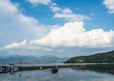 Φυσική άποψη της λίμνης Ορεστιάδα στην πόλη της Καστοριάς, Ελλάδα στοκ φωτογραφίες