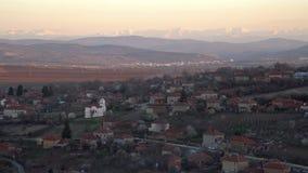 Φυσική άποψη της του χωριού εκκλησίας Slavyani με την πόλη Lovech στο υπόβαθρο Βαλκανική σειρά βουνών στη Βουλγαρία, που εξισώνει απόθεμα βίντεο