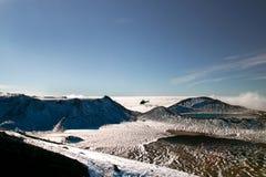 Φυσική άποψη του άγριου χιονώδους τοπίου βουνών με τη βαθιά μπλε λίμνη επάνω από τα σύννεφα και τους αλήτες τουριστών αποταμίευση στοκ φωτογραφία με δικαίωμα ελεύθερης χρήσης