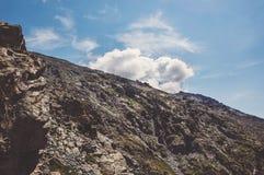 Φυσική άποψη του άνεμος ποταμού, τα βουνά στοκ εικόνες με δικαίωμα ελεύθερης χρήσης