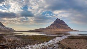 Φυσική άποψη του βουνού Kirkjufell σε Grundarfjordur στη χερσόνησο Snaefellsnes, Ισλανδία Στοκ Φωτογραφίες