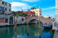 Φυσική άποψη του καναλιού με τη γέφυρα κοντά στην πλατεία Santi Giovanni ε Paolo, Βενετία, Ιταλία στοκ εικόνες