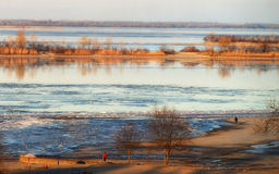 Φυσική άποψη του ποταμού στο πρώιμο ελατήριο Στοκ φωτογραφίες με δικαίωμα ελεύθερης χρήσης