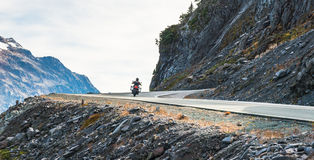 Φυσική άποψη του δρόμου ασφάλτου καμπυλών και κλίσεων στο βουνό την ημέρα σε θερινή περίοδο Στοκ Εικόνα