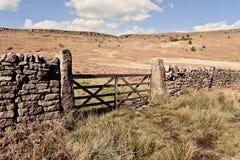 Φυσική άποψη του τοίχου και της πύλης πετρών στο Derbyshire στοκ φωτογραφία με δικαίωμα ελεύθερης χρήσης
