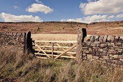 Φυσική άποψη του τοίχου και της πύλης πετρών στο Derbyshire στοκ εικόνες