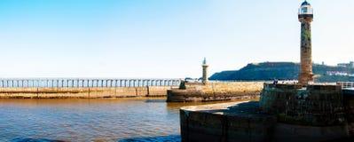 Φυσική άποψη του φάρου Whitby και της αποβάθρας στην ηλιόλουστη ημέρα φθινοπώρου, UK Στοκ εικόνες με δικαίωμα ελεύθερης χρήσης