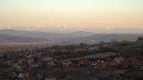 Φυσική άποψη του χωριού Slavyani με την πόλη Lovech στο υπόβαθρο Βαλκανική σειρά βουνών στη Βουλγαρία, που εξισώνει το φως απόθεμα βίντεο