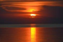 Φυσική άποψη του όμορφου ηλιοβασιλέματος επάνω από τη θάλασσα Στοκ Εικόνες