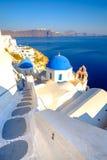 Φυσική άποψη των Λευκών Οίκων και των μπλε θόλων σε Santorini Στοκ Εικόνες