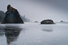 Φυσική άποψη των νησιών με την ομίχλη στη ροδοκόκκινη παραλία Στοκ φωτογραφία με δικαίωμα ελεύθερης χρήσης