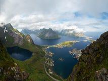 Φυσική άποψη των νησιών Lofoten στην ομίχλη, Νορβηγία Στοκ εικόνα με δικαίωμα ελεύθερης χρήσης
