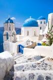 Φυσική άποψη των παραδοσιακών cycladic Λευκών Οίκων και των μπλε θόλων Στοκ Εικόνα
