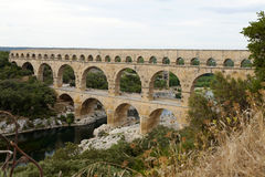 Φυσική άποψη χτισμένου του Ρωμαίος υδραγωγείου του Pont-du-Gard, vers-Pont-du-γ Στοκ Φωτογραφίες
