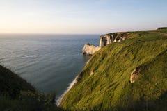 Φυσική άποψη Etretat με την παραλία του και των διάσημων απότομων βράχων με το τόξο Στοκ Εικόνες