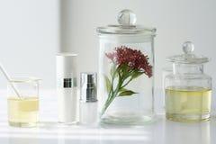Φυσική έννοια προϊόντων ομορφιάς, που διατυπώνει τη χημική ουσία για το καλλυντικό Στοκ φωτογραφία με δικαίωμα ελεύθερης χρήσης